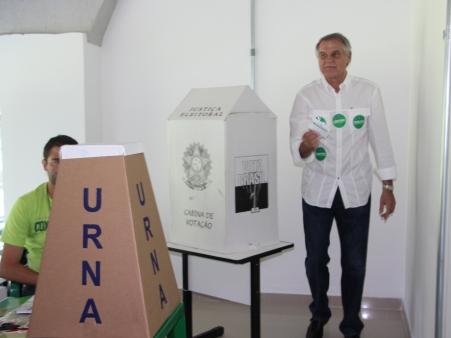 O atual presidente, votando na eleição em que foi derrotado